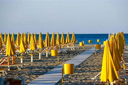 Italy: Rimini creates a giant beach